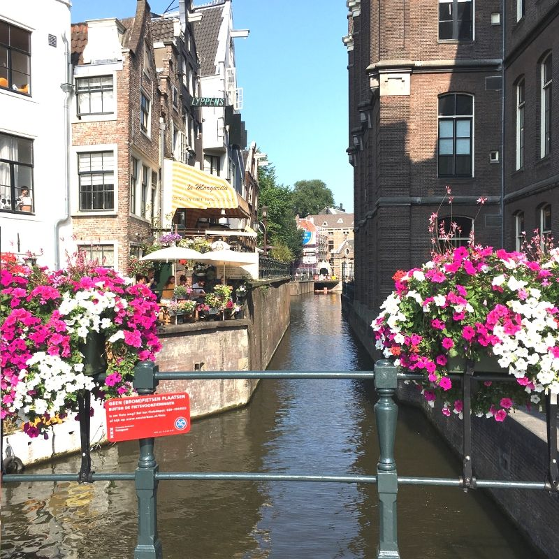 narrow waterways in amsterdam