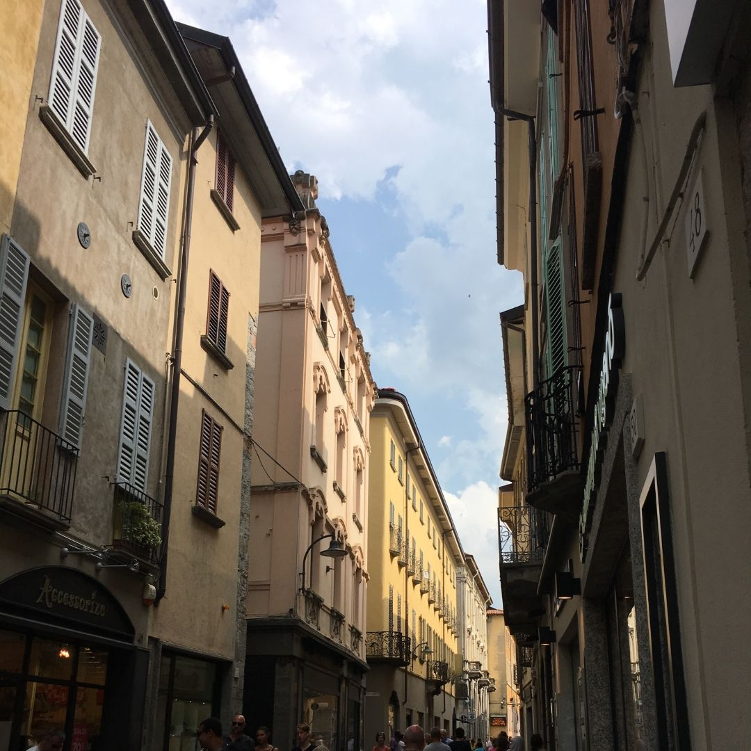exploring the alleyways of como with kids