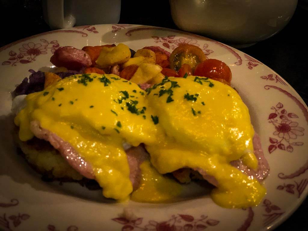 eggs benedict with tomatoes